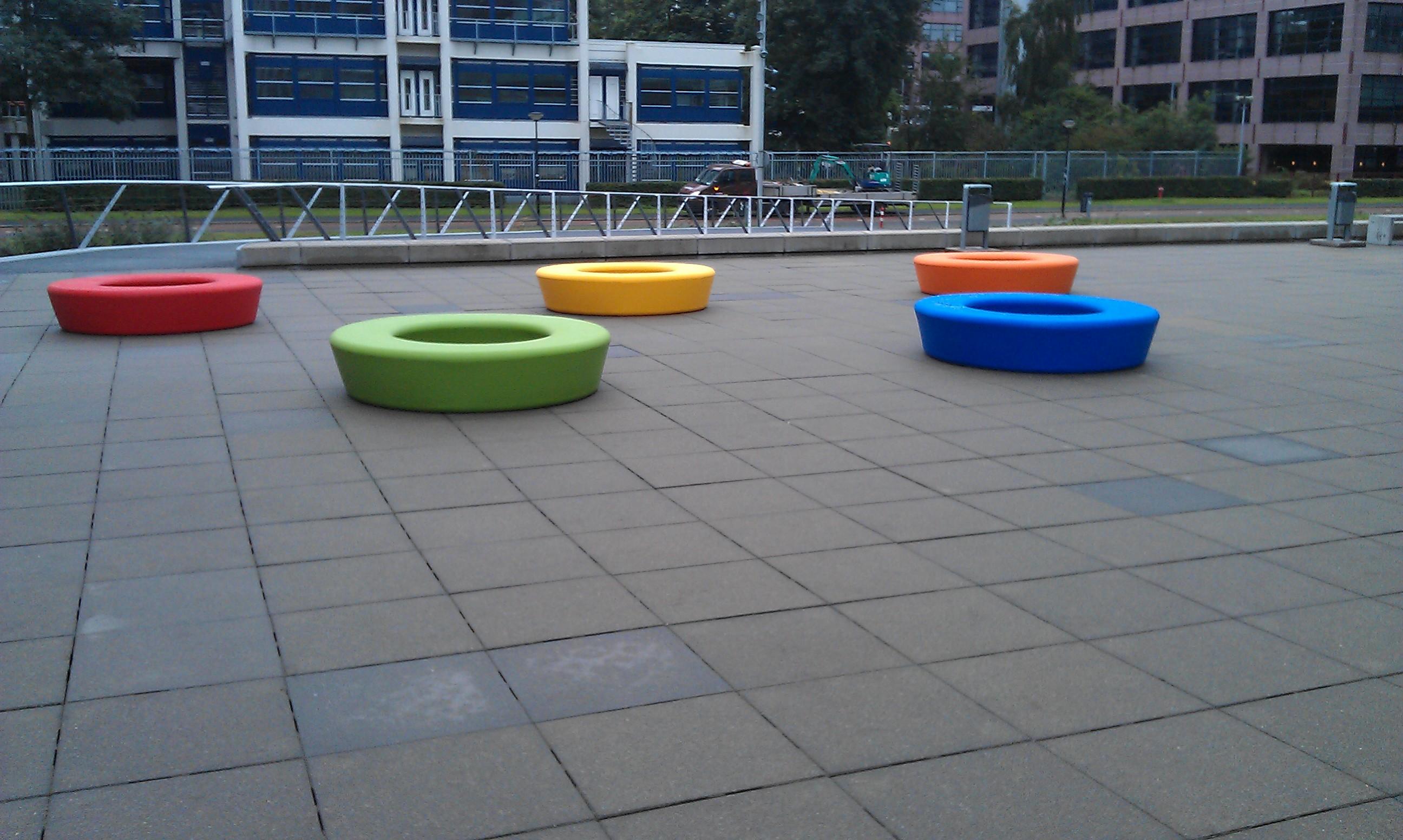 Loop bank rond in opvallende en speelse kleuren