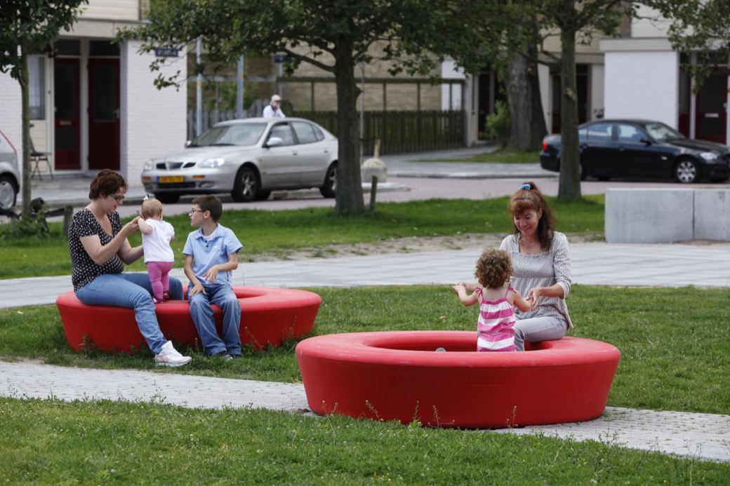 Loop bank rond voor de openbare buitenruimte