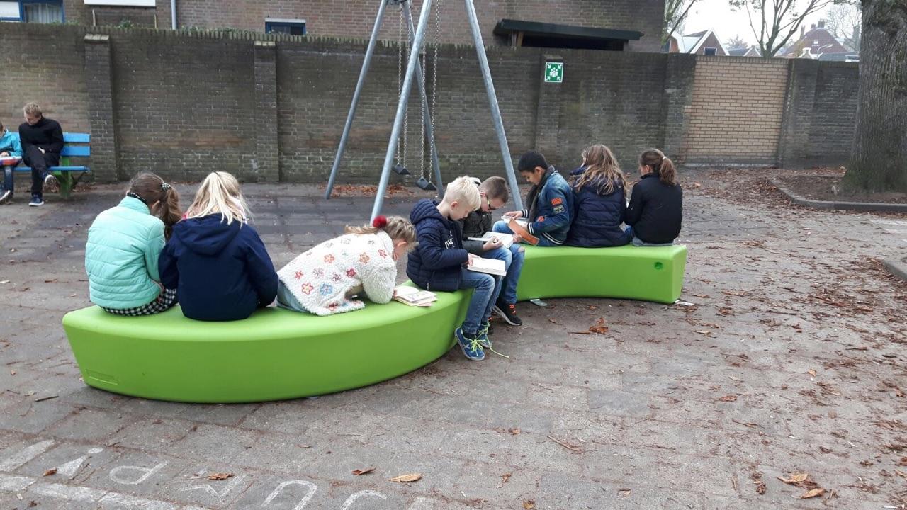 Loop Arc bank kent genoeg zitplaatsen voor groep kinderen