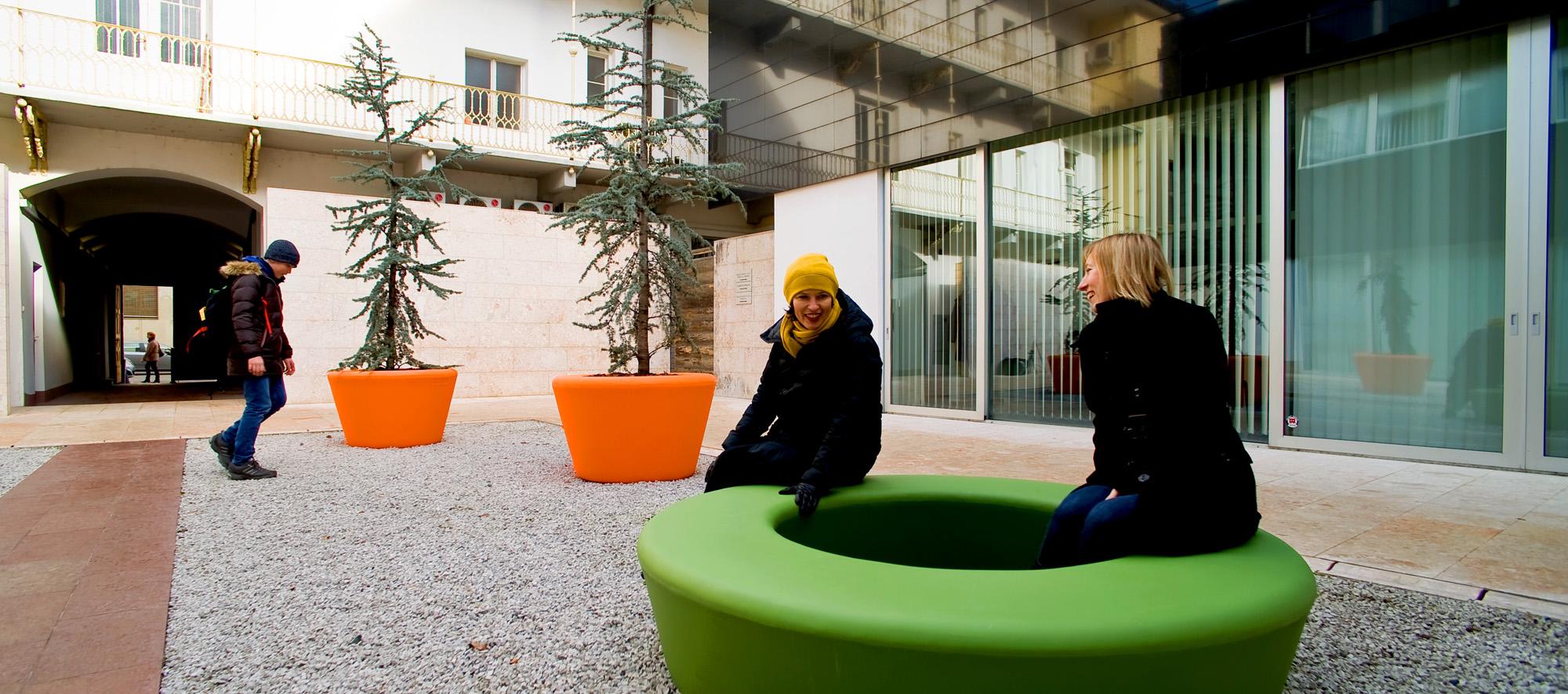Loop Cone plantenbak creëert een gezellige omgeving
