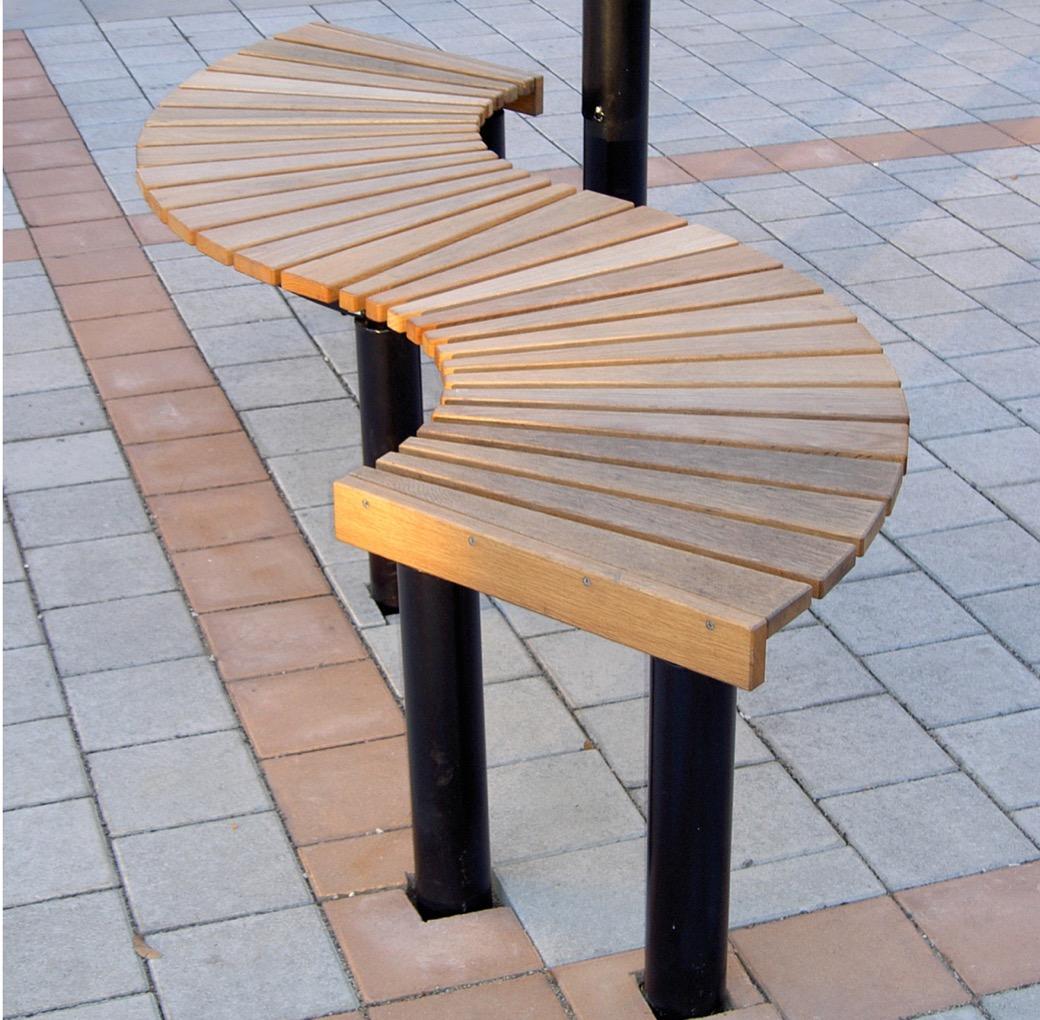 Orm bank in de vorm van een slinger van hout