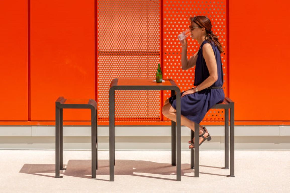 Paosa tafel en kruk - hoog model - rood en grijs