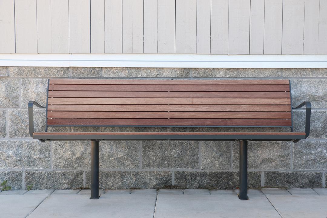 Parco bank kent een modern, strak design gemaakt van hout