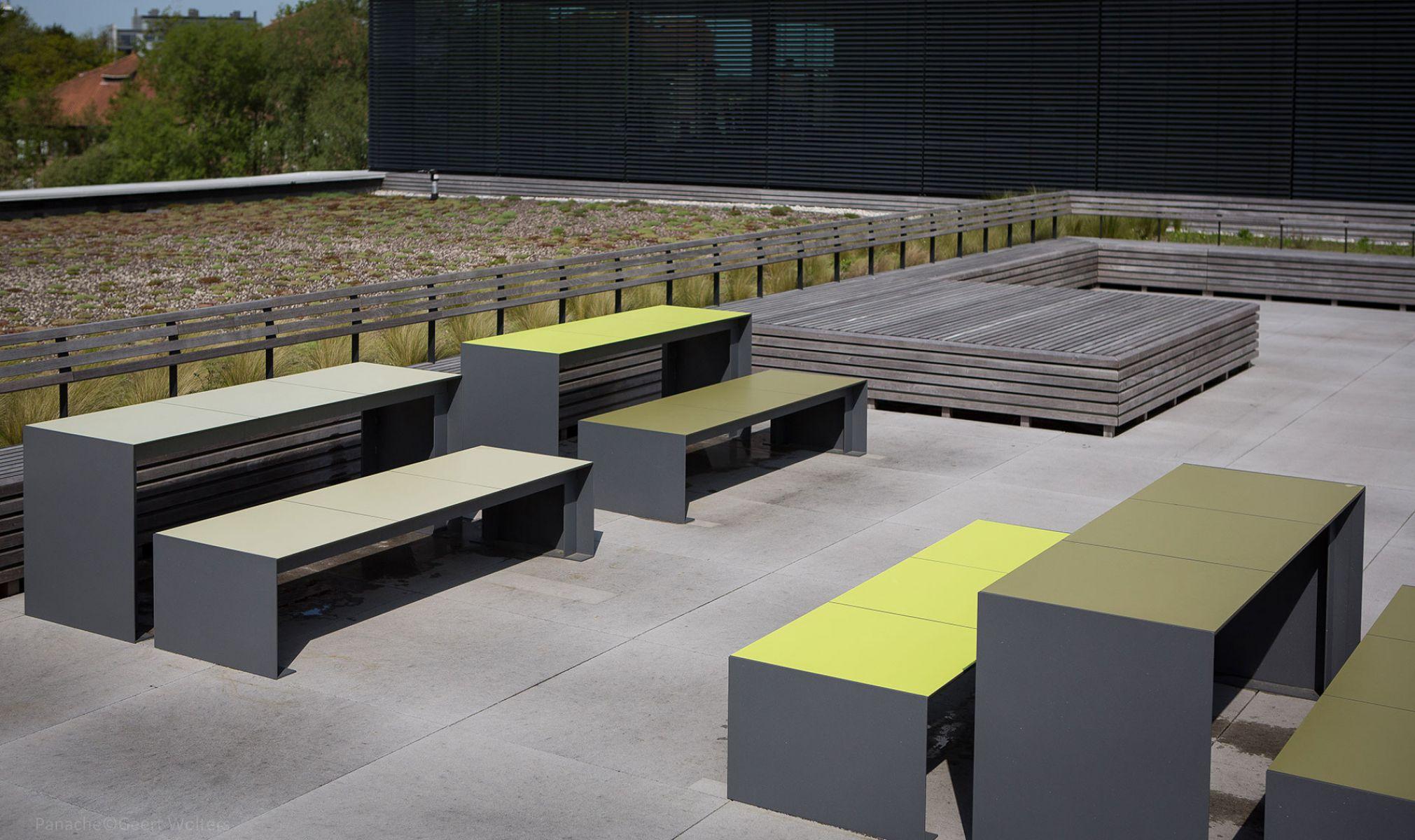 Passepartout HPL bank voor een strakke en kleurrijke buitenplaats