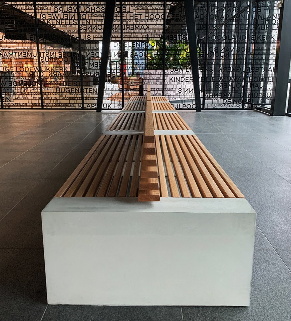 Paxa bank zitting gemaakt van houten latten en de zijpanelen van beton