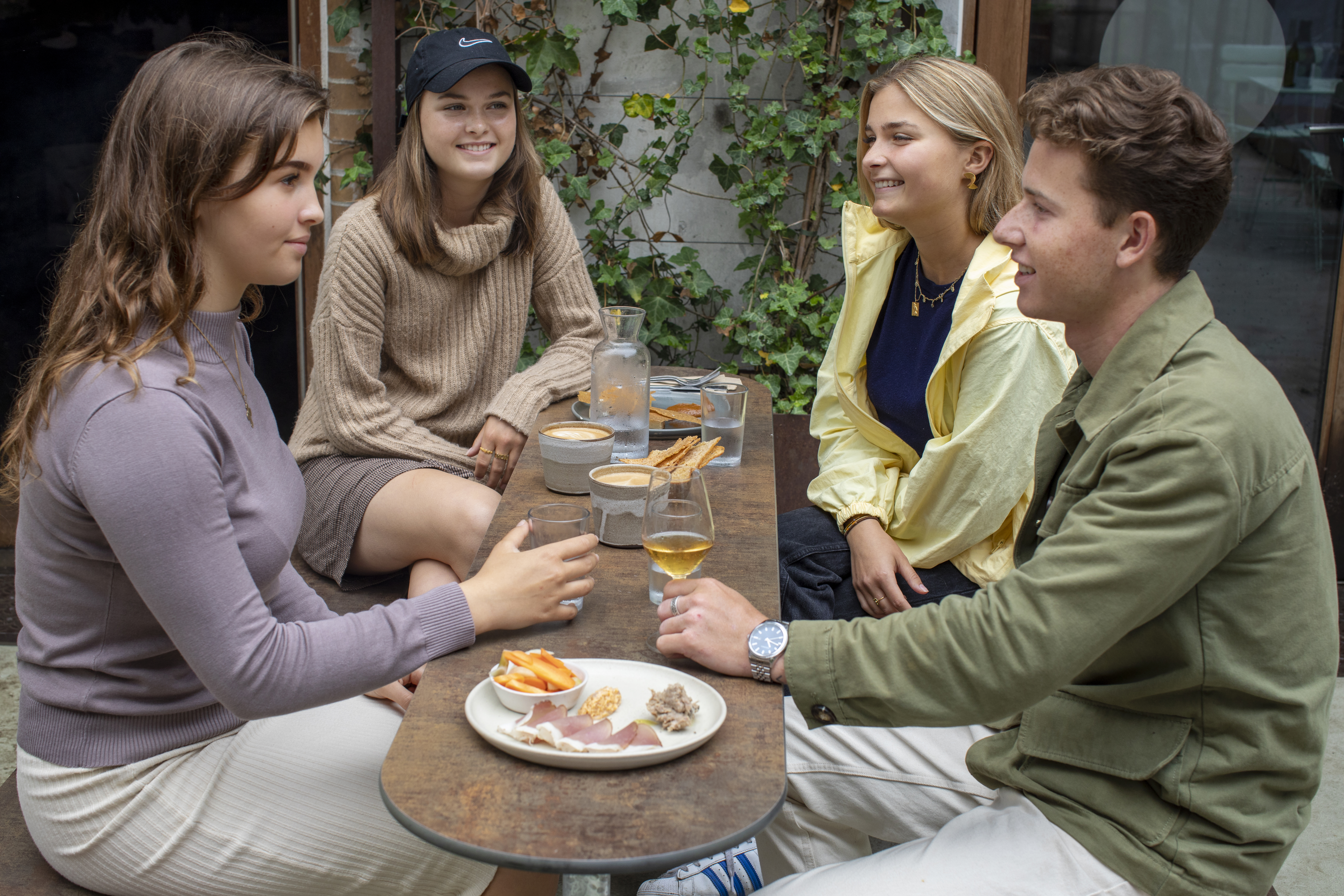 Heerlijk samenkomen aan deze fraai picknicktafel met smal tafelblad