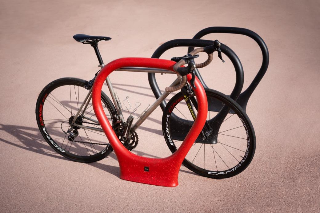 Superlock fietsbeugel ideaal fietsparkeSupren fietsenrek voor op straat voor kantoor winkelcentrum praktijk ziekenhuis zorgcentrum kliniek voor een fiets tegen aan te zetten in het rood zwart blauw groen wit bruin of grijs veilig fietsstallen in openbare