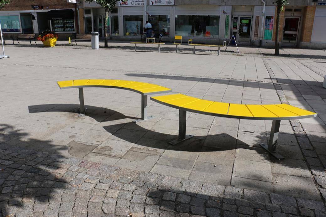 Sidewalk bank in de vorm van een slinger