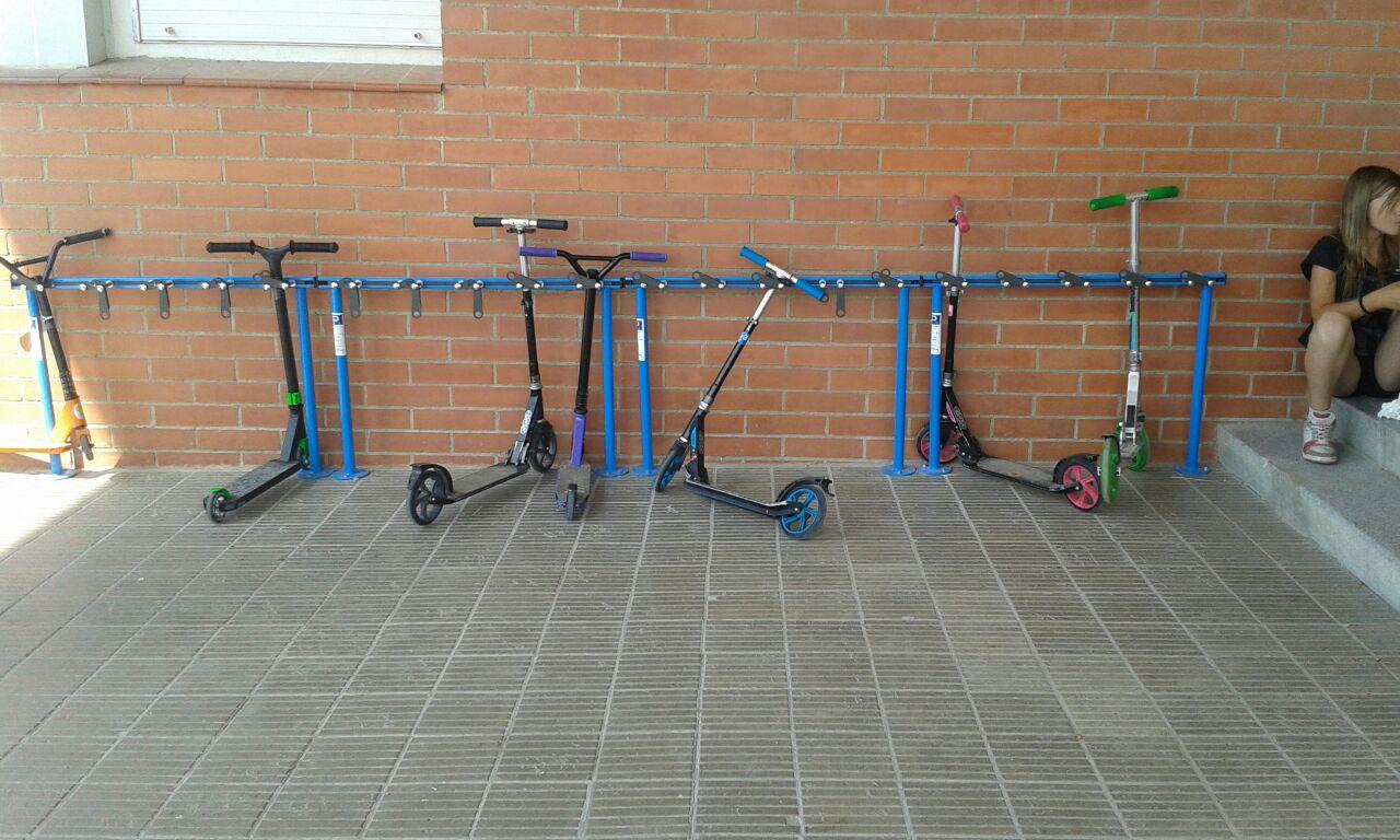 Scooter Steprek gemaakt om stepjes te parkeren en te stallen op het schoolplein of voor een kantoor