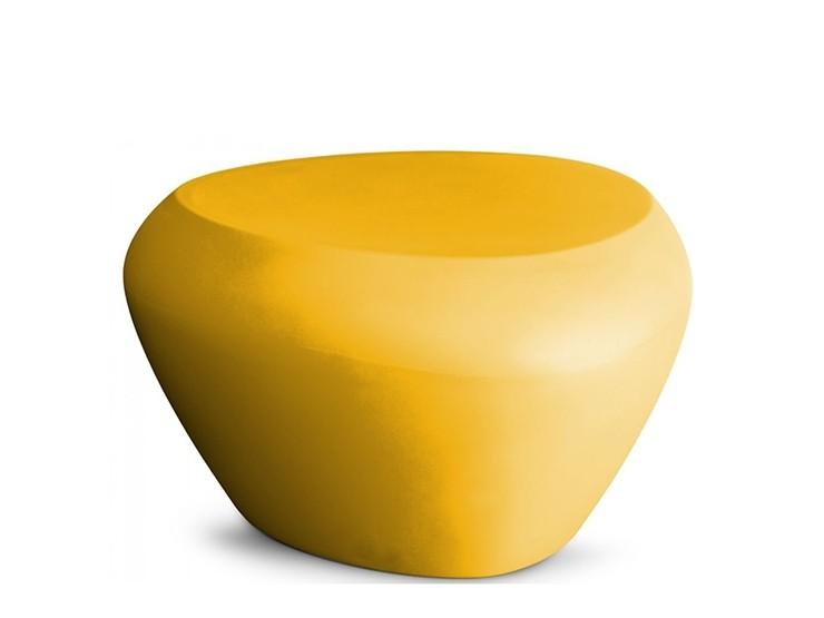 Teaser bijzettafel van Lonc een nederlands design merk van meubilair buitenmeubilair van kunststof ronde poef of voetenbank past bij Seaser stoel hufterproof weerbestendig kan tegen regen sneeuw voor kantoor entree praktijk kliniek zorgcentrum schoonmaken