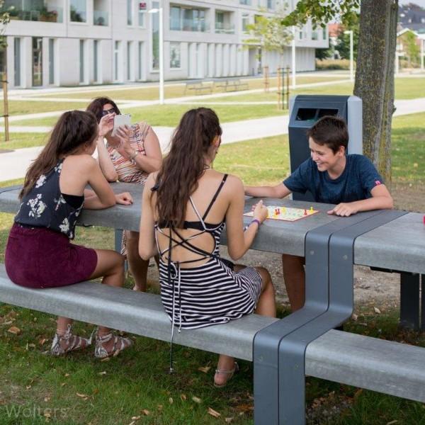 Outline picknicktafel gebruikt op parken en pleinen