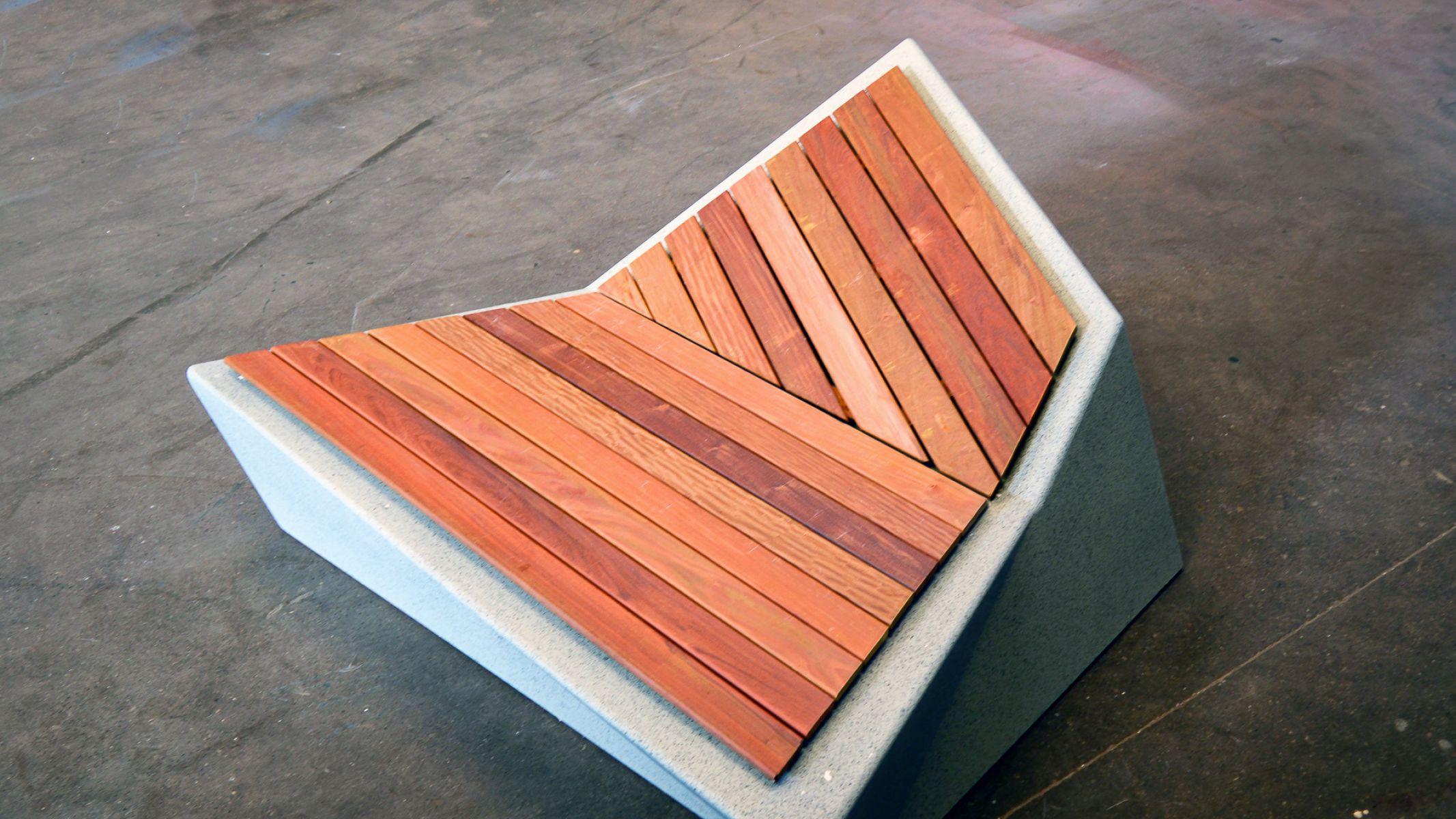 Roc zitelement van beton met houten zitvlak