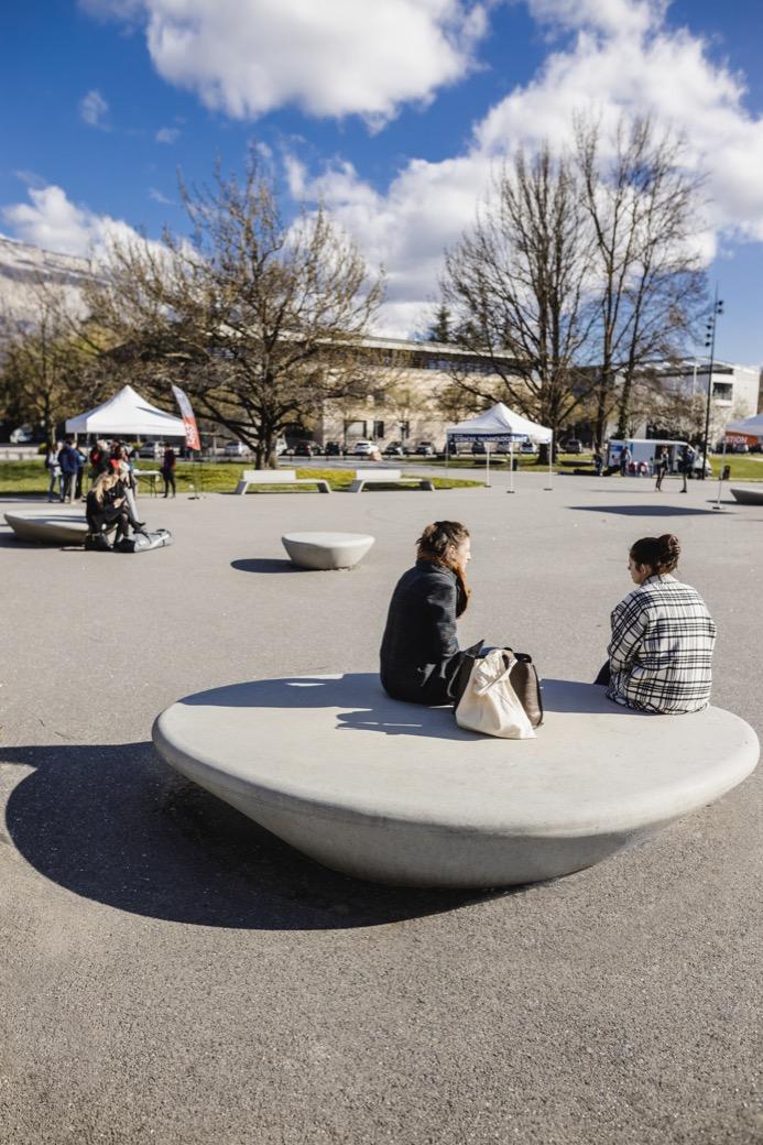 Supercell zitelement van beton - voor op schoolplein