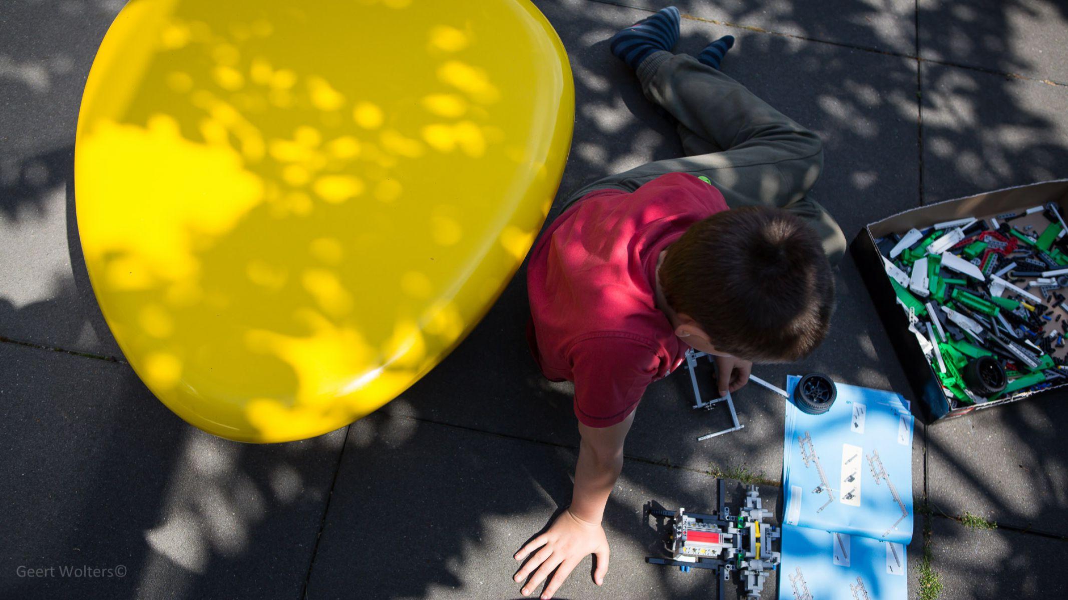 Gele zitkei zitsteen steen of zitelement genoemd van beton die ook in andere kleuren zoals rood groen zwart grijs wit oranje paars roze blauw verkrijgbaar is leuk voor schoolplein kantoor school schoolmeubilair of speelplaats of speeltuin