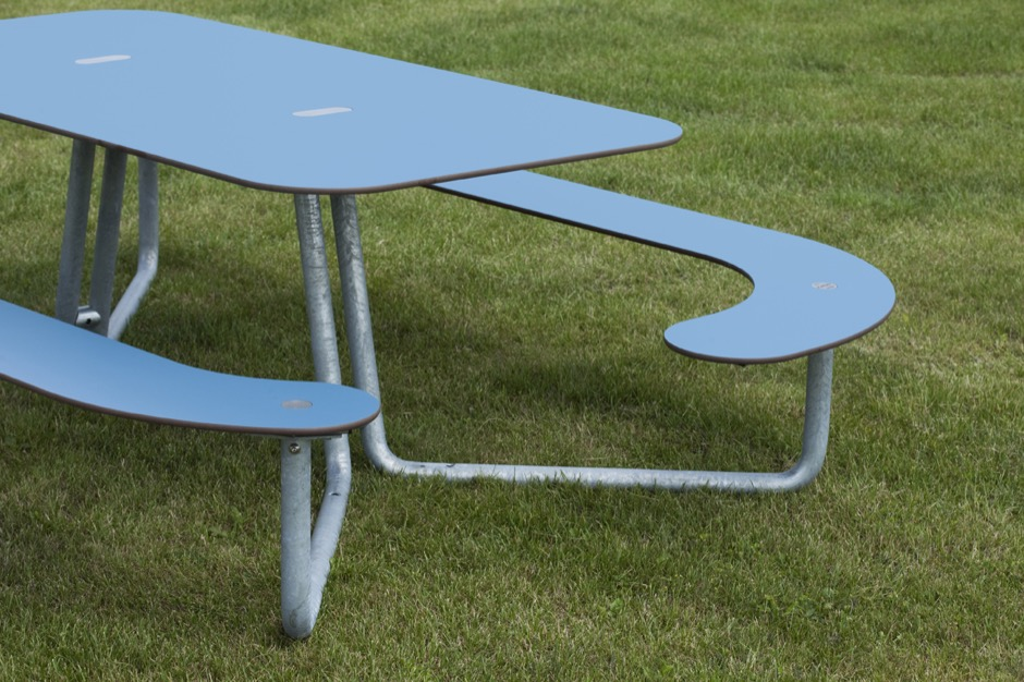 Plateau-L picknicktafel is gemaakt van HPL (hogedruklaminaat)