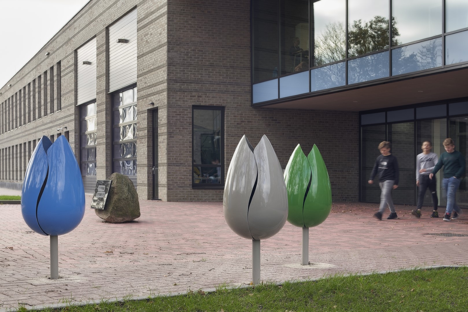 Tulpi arabesque afvalbak - op het schoolplein