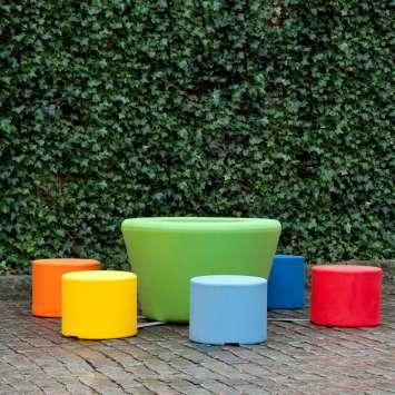 Loop Cone tafel ook geschikt als picknicktafel met poefjes en zitjes