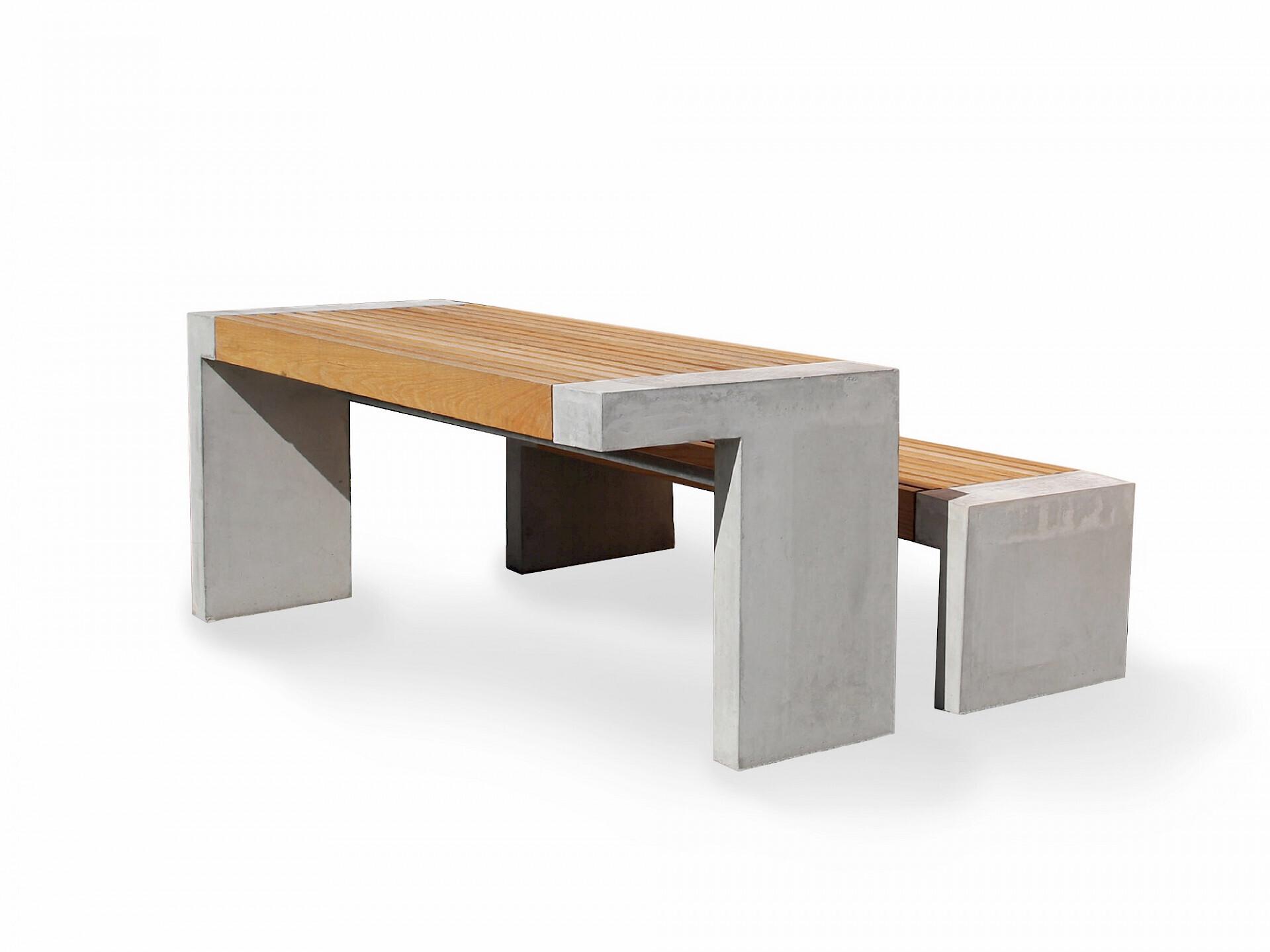 Paxa tafel is gemaakt betonnen poten en het tafelblad is van houten latten