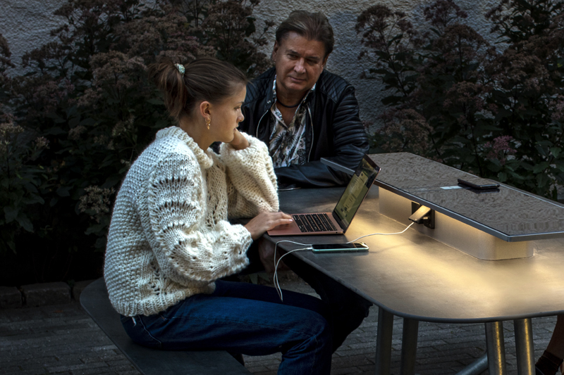 In de avond strijkt het licht van de SunHub over het tafelblad