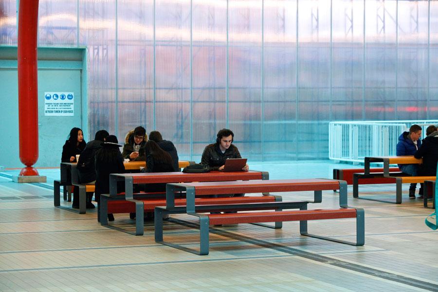 Outline picknicktafel voor wachtruimtes binnen en buiten