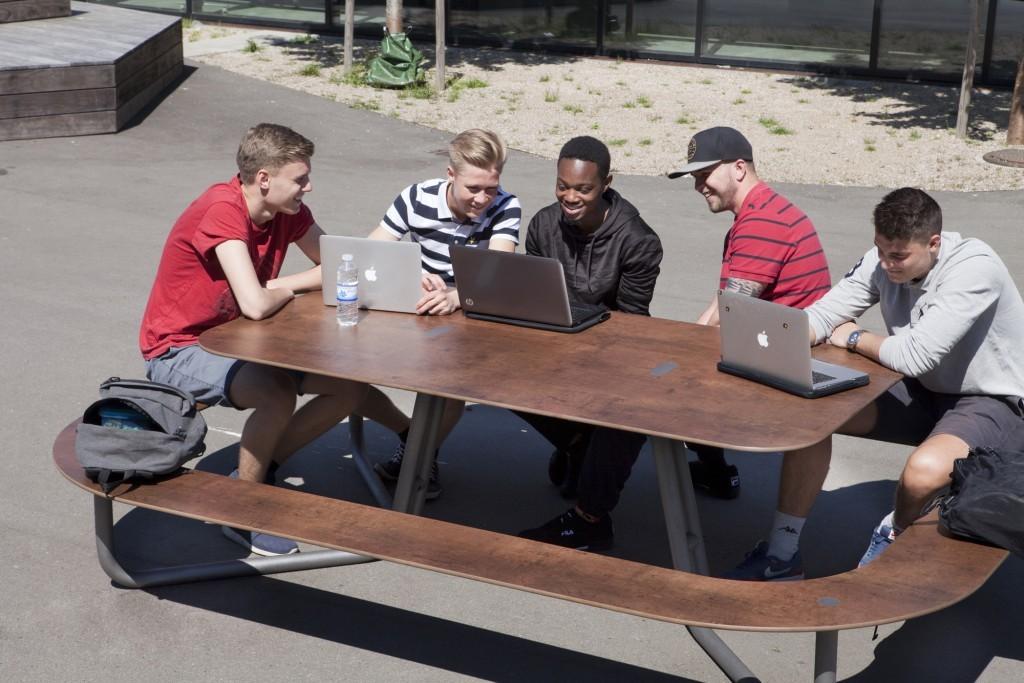 Onderhoudsvriendelijke picknicktafels voor Nyenrode Business Universiteit
