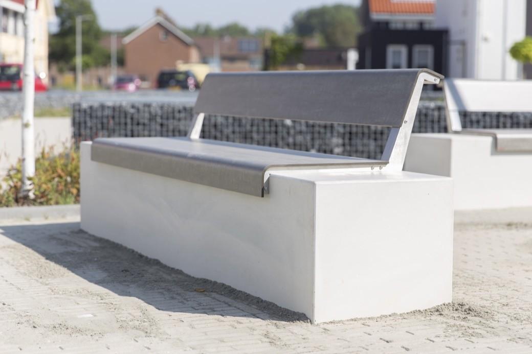 Il Posto banken geplaatst in openbare ruimte Klundert