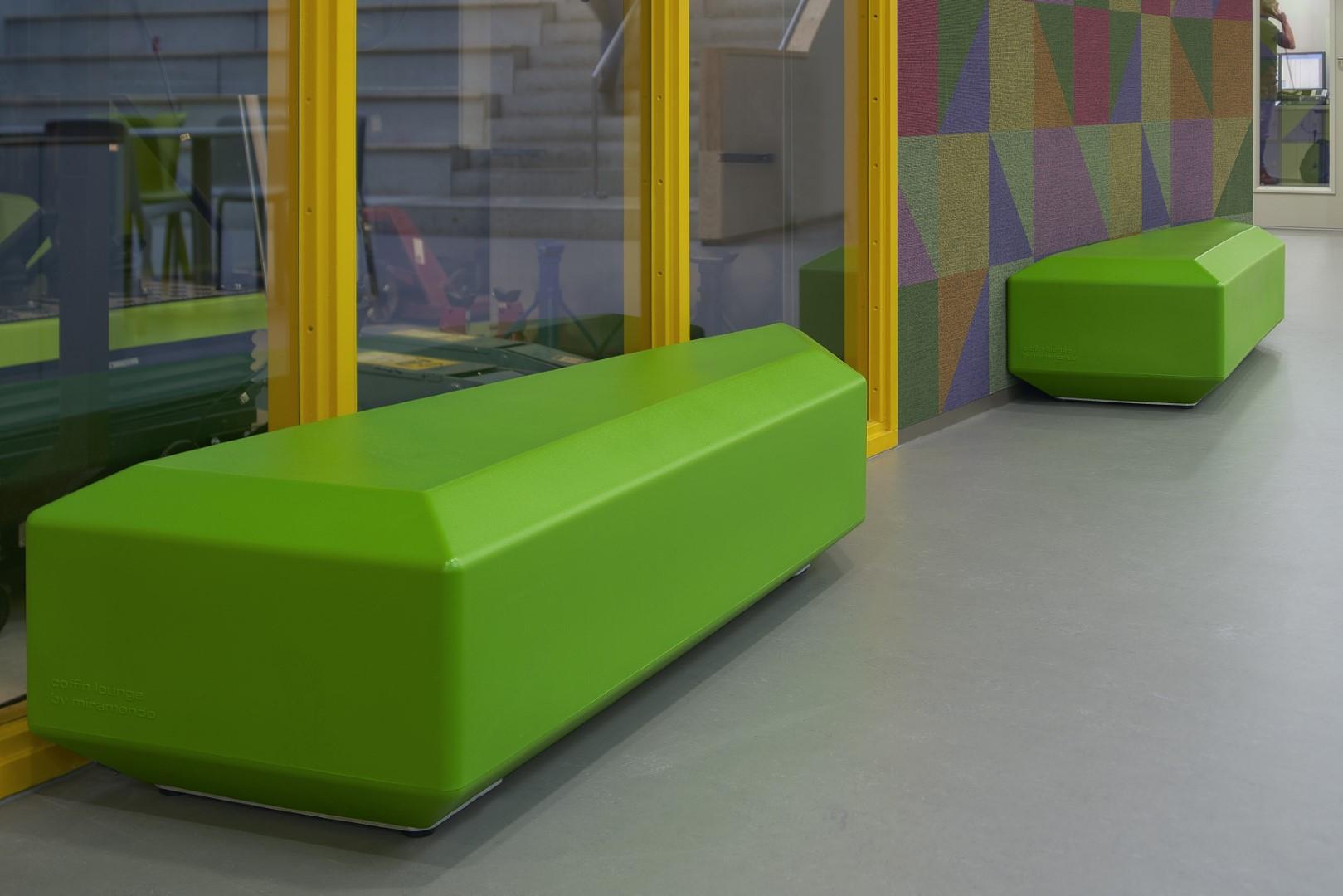 Coffin lounge banken - in de schoolgangen