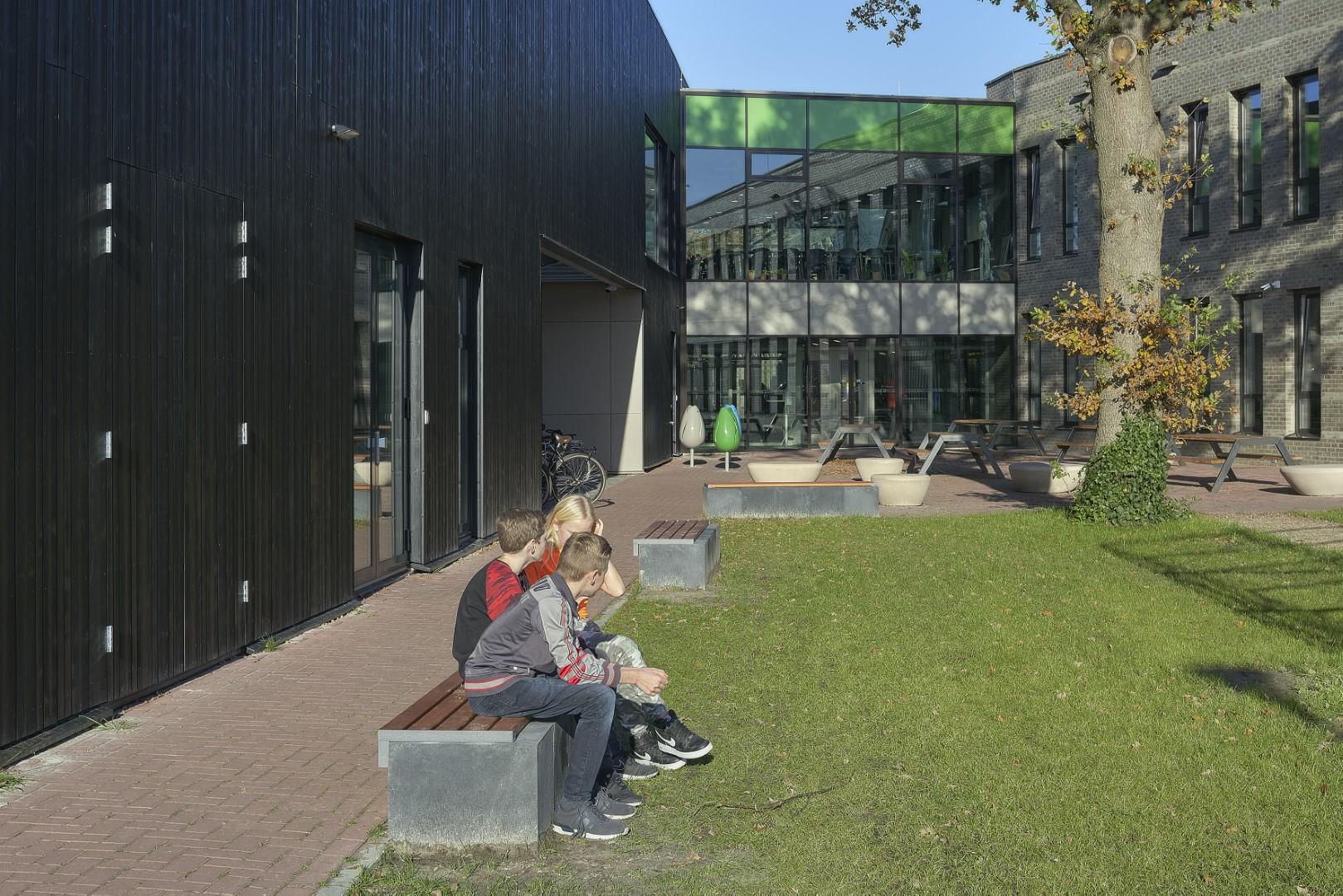 Hop Hop banken - op het schoolplein