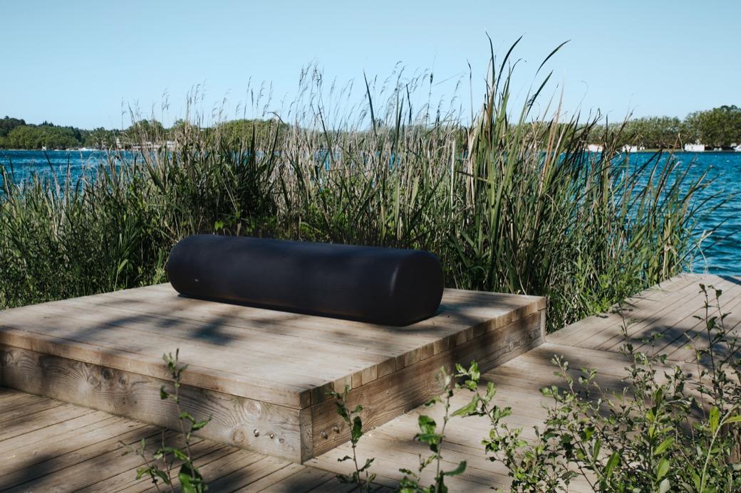 Zitelement Caribou is een kunststof zwarte rechte bank die gecombineerd kan worden met de andere gekleurde Caribou vormen