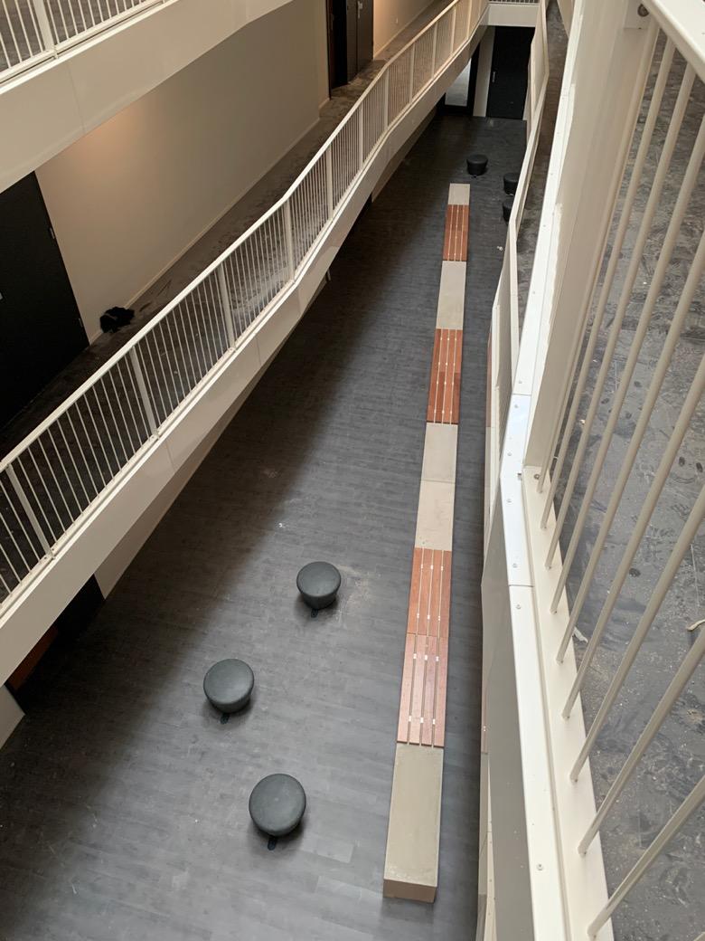 12 betonnen banken met een natuurlijke uitstraling aan elkaar gekoppeld