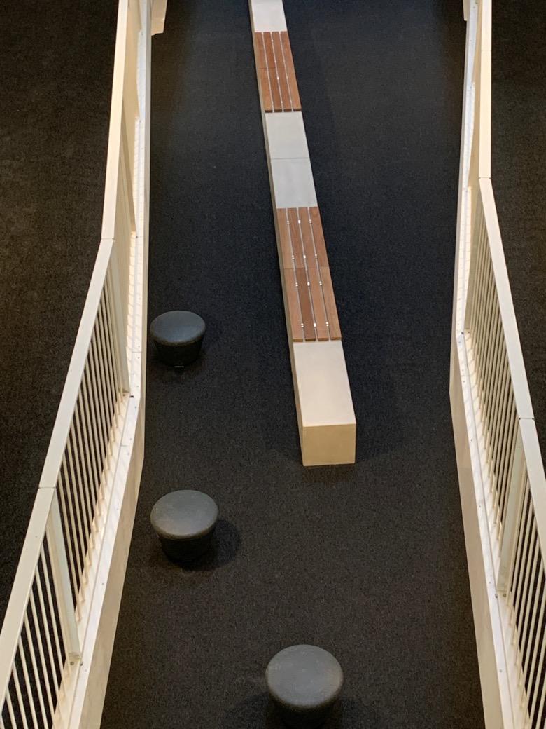 Maatwerk banken van beton met warm houten zitting