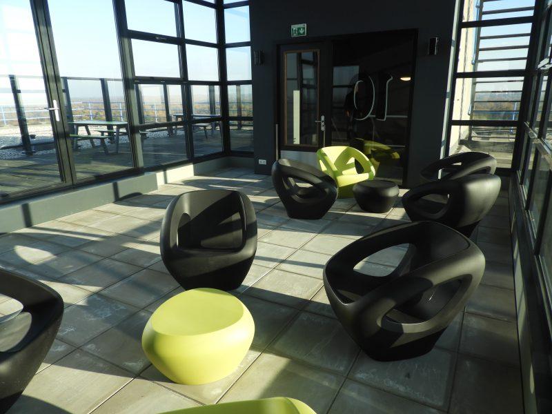 Lounge stoel seaser Lonc Tjinco stoel kunststof organisch binnen buiten straatmeubilair openbare ruimte plastic organisch rond milieuvriendelijk ecologisch recyclebaar stoel zitelement tafel bijzettafel dakterras tuin urban groen zwart geel rood oranje gr