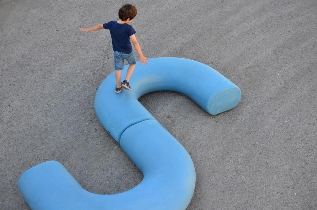 Zitelement Caribou zijn vrolijke blauwe kunststof zitelementen in de vorm van een halve maan die met elkaar kunnen worden verbonden