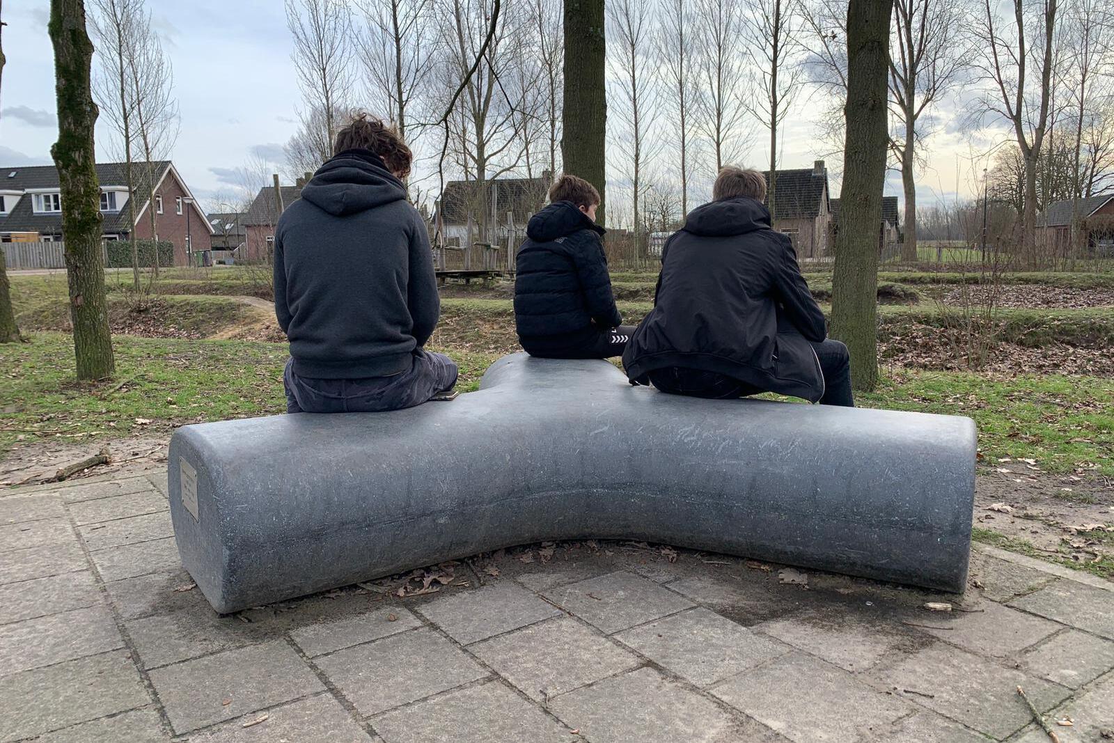 Skatepark Liempde krijgt betonnen bank cadeau