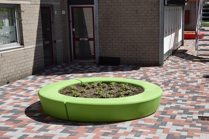 Vrolijk gekleurde plantenbakken Arc voor gemeente Den Hoorn
