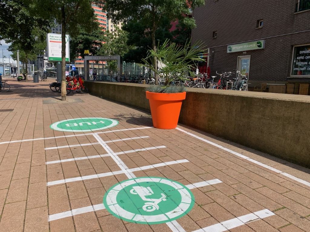 Oranje Alvium plantenbak laat deelvervoer hub opvallen