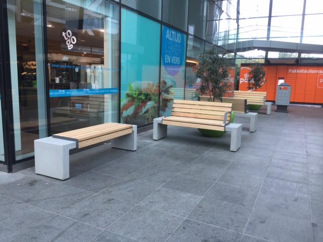 Het Centraal Station in Den Haag is namelijk voorzien van de prachtige HopHop-parkbanken van Tjinco