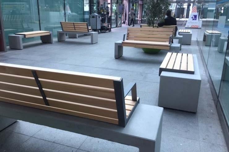 Het Centraal Station in Den Haag voorzien van de prachtige HopHop-parkbanken van Tjinco