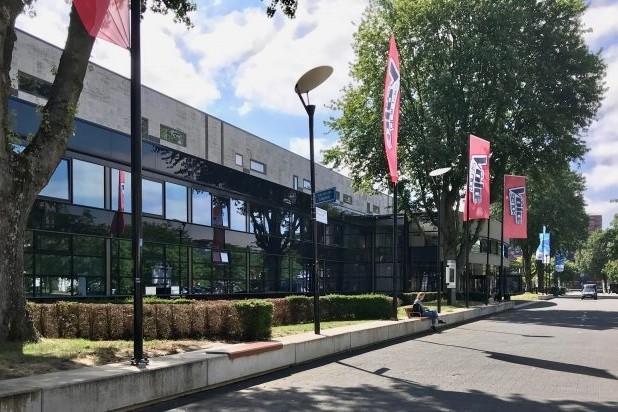 Il Posto bankjes voor op bestaande betonnen randen Mediapark Hilversum