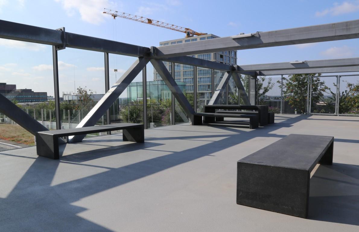 Lamina banken en tafels van zwart beton
