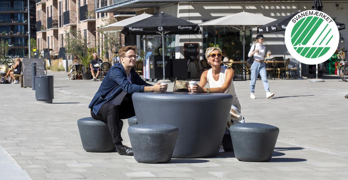 Ronde loop picknicktafel met ronde krukjes in het grijs van gerecycled kunststof voor de openbare ruimte met een industriële look