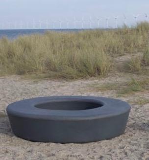 Loop zitelement hopop van gerecycled polyethyleen kunststof plastic duurzaam circulair verplaatsbaar vrij te plaatsen duurzaam speelplein of schoolplein meubilair voor de openbare ruimte ook als straatmeubilair inzetbaar of bij een speelplaats speeltuin o