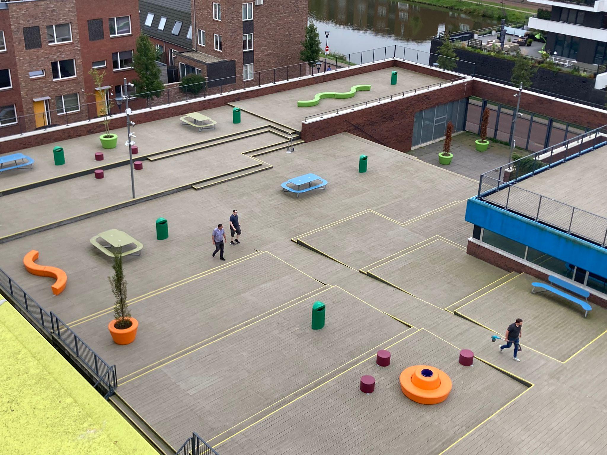Unieke zitjes op het schoolplein in vele kleuren, vormen en maten