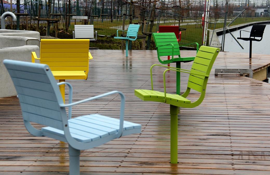 Parco Chair is verkrijgbaar met of zonder armleuningen en houten zitgedeelte. Uw drankje kunt u gemakkelijk kwijt op het optioneel aangebrachte bijzettafeltje.