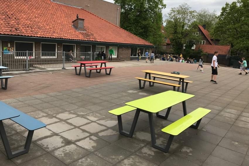 Schoolplein OBS Joost van den Vondel krijgt kleur met nieuwe picknicktafels