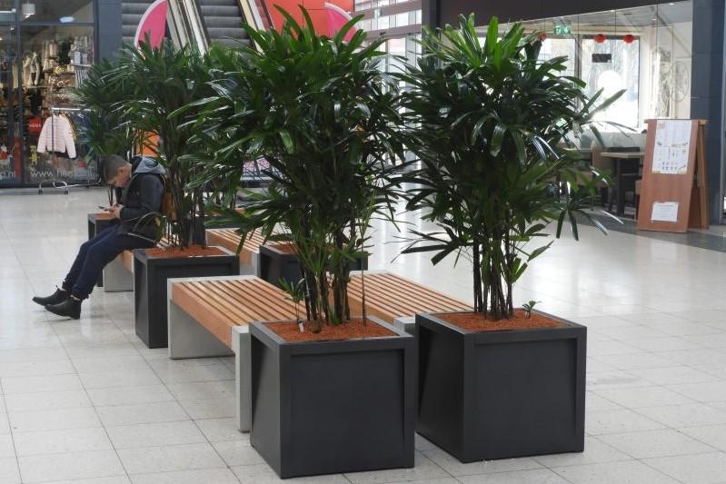Stijlvolle banken en plantenbakken voor winkelcentrum Enschede Zuid