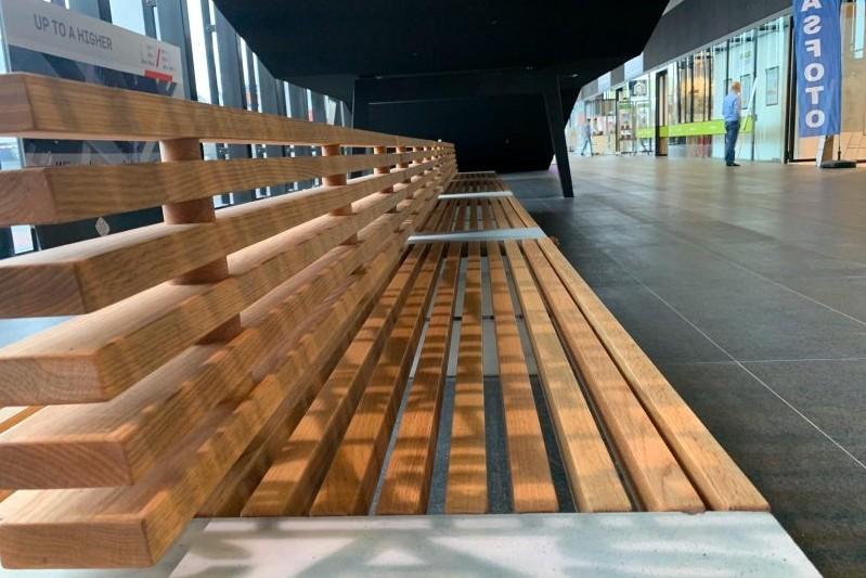 Houten Paxa banken met rugleuning voor Stadskantoor Leiden
