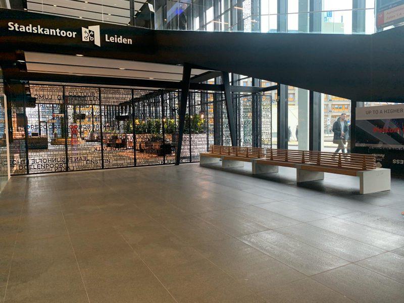 Paxa bank leiden nola hout eiken mahonie pijnboom duurzaam FSC gecertificeerd beton gegoten zijkanten grijs zwaar stijlvol eenvoudig onderhoud stadskantoor gemeentehuis stadhuis vliegveld kantoor winkelcentrum wachtplek wachtplaats zitplek zitelement publ