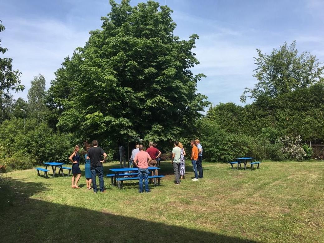 picnic hpl picknicktafel miramondo hpl blauw laminaat buitentafel duurzaam sterk hufterproof sterk weerbestendig jaren lang mee openbare ruimte buitentafel buitenmeubilair schoolmeubilair schoolpleinmeubilair kantoormeubilair straatmeubilair picknicken ho