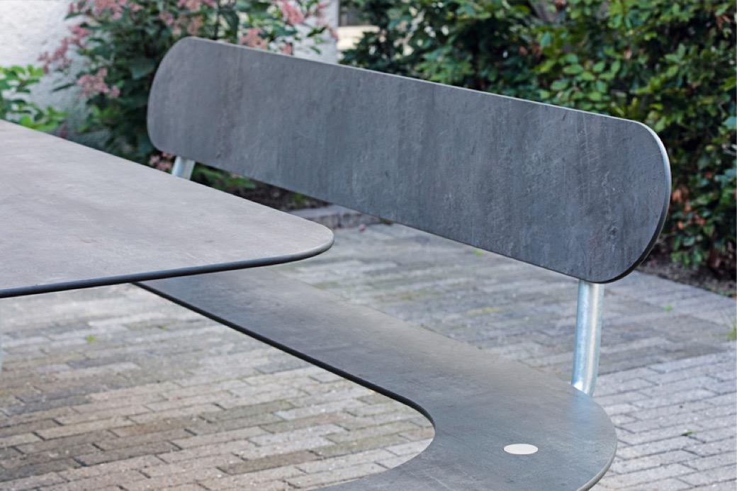 Plateau O picknicktafel die uitnodigt om contact te maken met anderen mensen in de openbare ruimte of het straatbeeld een tafel met sociale kwaliteiten dankzij de ronde vorm gemaakt van HPL sterk hogedruklaminaat speciaal bedoeld als buitenmeubilair voor